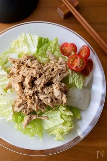 中華風のごまだれで和えた鶏むね肉を、シャキシャキの白菜に合わせてバンバンジー風に。お好みでラー油をかけてもおいしい!