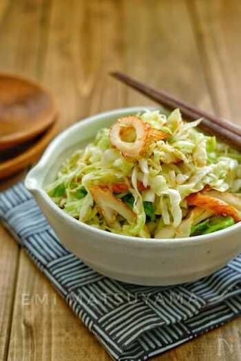 ポリ袋で混ぜて揉んで置くだけでできる、お手軽サラダ。キャベツ&ちくわでコスパも抜群です。