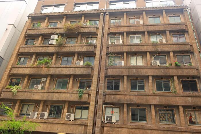 銀座1丁目の三原通りにある「銀座奥野ビル」は1932年に建てられ、当時は高級アパートでした。一部屋は、約12平方メートルほどのワンルームで、それぞれの部屋の電話線が引かれていたそう。