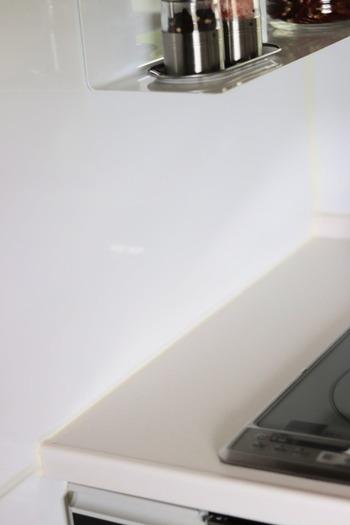 キッチン周りで防ぎたいは、油汚れ。キッチンの天板や壁に比べて、コーキング部分はベタベタして拭くだけでは取れない事もありますよね。最初は白かったコーキングが、だんだんと黄ばんでしまうのもキッチンの特徴です。そこでマステコーティングすることで、黄ばみを防ぎお掃除も簡単にしてくれます。