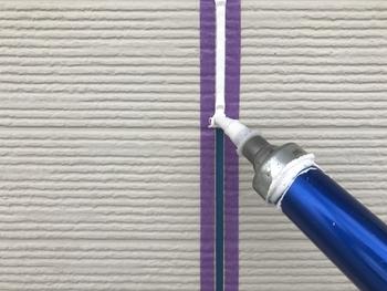 もともとコーキングとはパテを使って、溝を埋める作業の事を言います。そしてマスキングテープは、パテが余分な部分に付くのを防ぐ為にその周辺に貼って使われていました。
