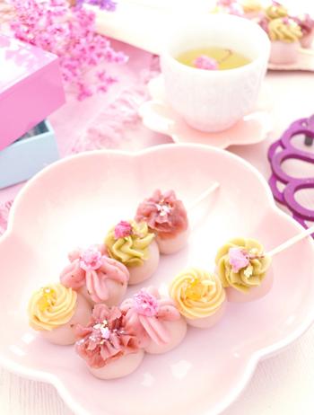 桜ペーストを練りこんだ春らしいお団子は、あんと生クリームを合わせた餡クリームで可愛くデコレーション。桜・柚子・抹茶をプラスしたクリームの色と味わいで定番の和菓子がワンランクアップします。
