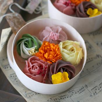 フラワーボックスのような花のおはぎは、あんで花びらを1枚ずつ繊細に作っています。いちご、レモン、抹茶、桜のあんで作られたフォトジェニックな見た目に心がときめきます♪