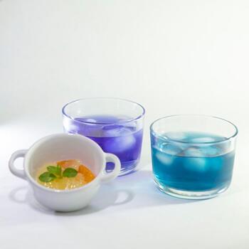 バタフライピーにはポリフェノールの一種、アントシアニンが含まれています。  このアントシアニンは、酸性に反応すると、青から紫へと色を変えるという特性があります。まるで理科の実験のときに使ったリトマス試験紙のようですね。  レモン汁やお酢などの酸性溶液を加えると、紫への変色が楽しめます。