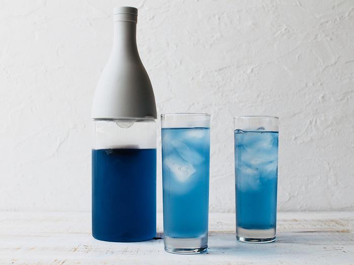 商品パッケージで、目安となる水量を確認したら、常温の水で淹れるのがおすすめ。冷たい水でも作れますが、抽出に時間がかかってしまいます。  お茶を抽出し終わったら、冷蔵庫へ。はやく飲みたいときは、氷を少量浮かべて飲むとよいでしょう。