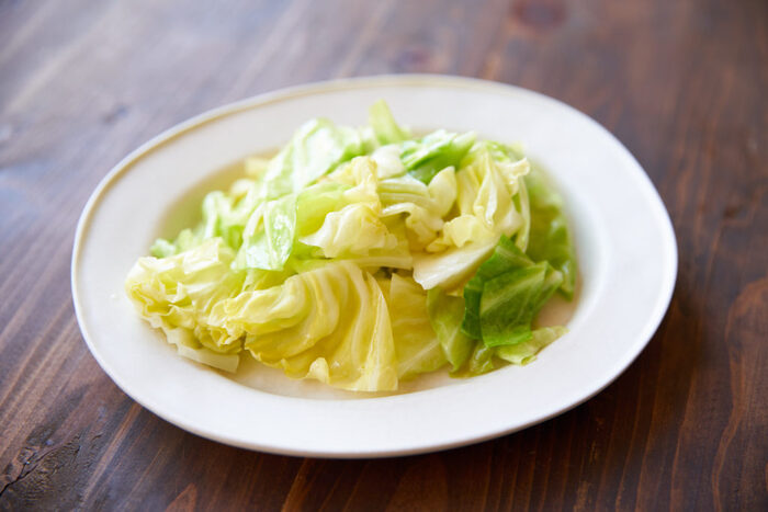 材料はなんとキャベツと塩とオリーブオイルだけの驚きのシンプルレシピですが、オイルで蒸された柔らかいキャベツはっとても甘くとても美味しい一品です。お好みでレモン汁をかけるとさらにさっぱりとした味わいに!