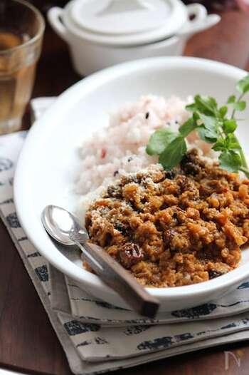 みじん切りにしたたくさんの野菜と合いびき肉を炒めて作るキーマカレー。玉ねぎをじっくり炒めることで美味しさアップ。生姜やスパイスのおかげで食欲があまりない時でも、バランス良く美味しく食べることができます。