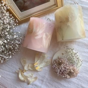 ドライフラワーでキャンドルづくりをするのもおすすめ。キャンドルを作る時に好きなアロマをプラスすれば、見た目も香りも楽しめるアイテムに。プレゼントにもぴったりですね。