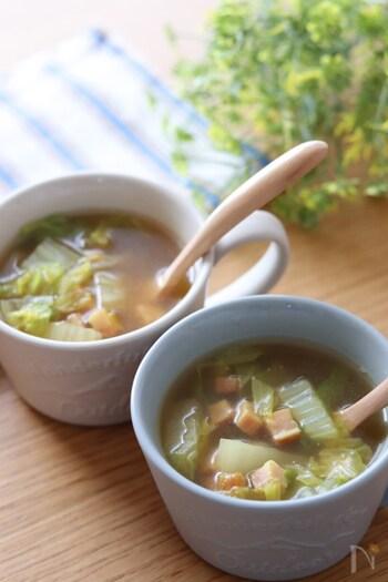 簡単に作れるので忙しい朝にもおすすめなベーコンと白菜のスープ。決め手となるのはカレー粉。少量入れるだけで美味しさが引き立ち、白菜をモリモリ食べることができます。