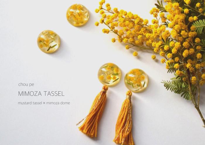 ドライフラワーをレジンに入れてピアスやイヤリングにする時は、ミモザやカスミソウなど小さなお花がおすすめ。小さなパーツの中でも存在感を出してくれますよ。スワッグなどを作った時に落ちたお花を活用するのもいいですね。