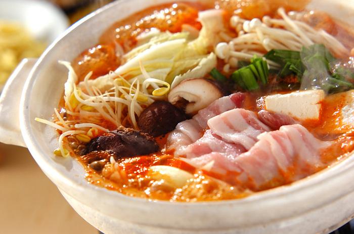 たくさんの野菜とキムチで体が芯まであたたまるキムチ鍋。キムチの辛味で食欲が増し、お腹も満たされ元気がつきます!シメは中華麺がおすすめ!がっつり食べたいときにおすすめのレシピです。