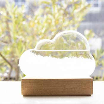 こちらも木の台座に差し込んで固定するタイプの雲型のフォルムがキュートな「ストームクラウド」。約幅12.8×奥行3.4×高さ10.6(cm)と薄型なので、おうちのあちこちにさりげなく置けます。