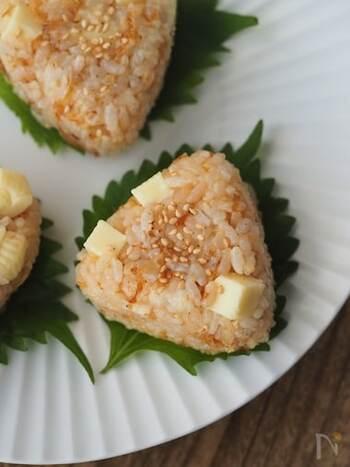 1つに旨味がぎゅっと詰まったおにぎりです。具材や調味料をご飯に混ぜて握れば出来上がり。角切りのチーズがゴロゴロ入って、食べ応え満点です。