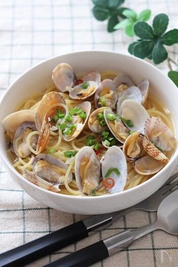 市販のうどんスープで作る、ほっとする味わいの和風スープパスタ。酒蒸しにしたあさりの旨味とお出汁の風味、ニンニクの香りで病みつきになる美味しさです!さっぱりしているので、スープも最後までごくごく飲めちゃいます♪