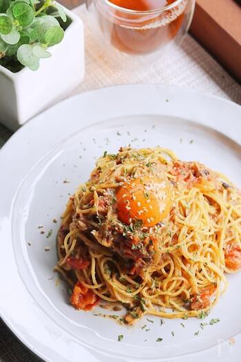 こちらは、サバの旨味をまるごと閉じ込めたサバの味噌煮缶を使ったパスタです。レシピではフレッシュトマトを使っていますが、トマト缶でも代用可能とのこと。仕上げに卵黄を乗せて、崩しながら食べると絶品ですよ!