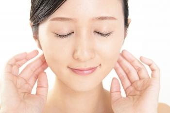 バタフライピーは美容効果も期待できます。バタフライピーに含まれるアントシアニンは、アンチエイジング効果のある物質。メラニンを抑制し、美白効果を高めてくれるんです。  また、アントシアニンの抗酸化作用によって、白髪や抜け毛などを防ぐことも期待できそう。  バタフライピーティーを愛飲しているタイの女性たちが美しいことにも頷けますね。