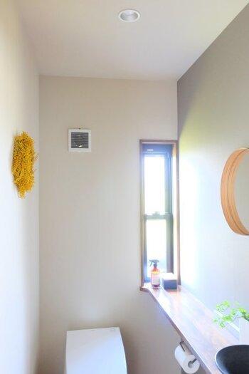 トイレに飾ったミモザのリース。鮮やかな黄色をトイレに取り入れると、活き活きとした空間になりますね。こちらでは手洗い前のミラーにミモザが映り込むように配置していておしゃれ!