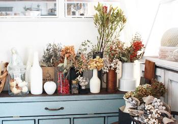 ドライフラワーがたくさん作れたら、いろいろな花瓶に入れて素敵なディスプレイコーナーにするのもおすすめ。花の色や茎の長さなどにあわせて花瓶を選ぶと◎