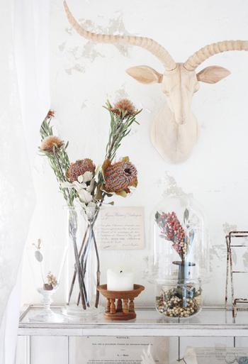 ドライフラワーを花瓶にラフに入れるだけでもサマになります。水が要らないので手入れの手間も少なく、簡単に飾れるのがいいですね。お気に入りの花瓶とドライフラワーとのコーディネートを楽しむのもおすすめ。