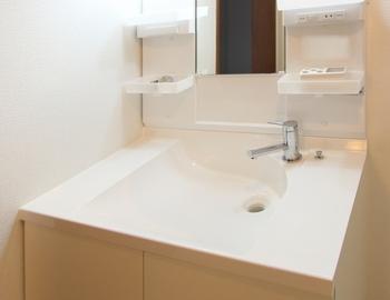 コロナウィルスの影響もあり、以前より手洗いうがいの回数が増え、使うことも多くなった洗面台。手洗いの時など比較的水が飛び散りやすいのに、滞在時間が短いためにキッチンなどよりもお掃除の回数が少ない...なんて方もいらっしゃるのではないでしょうか。