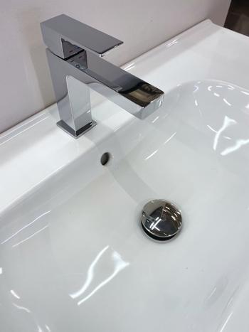 気が付くと黒いポツポツがある!なんて事を防ぐ為にもマステコーキングは効果的。シンクと壁の間はもちろん、洗面台の形によっては、蛇口の後ろの隙間もふさいでいきましょう。
