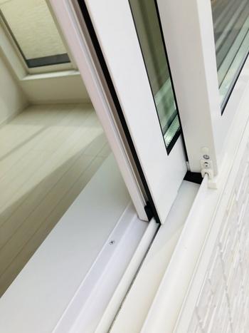 外からの砂埃なども含め、汚れが溜まりやすい窓のサッシですが、頻繁にお掃除するのは大変ですよね。窓の形状にもよりますが、窓の開け閉めに支障がない場合にはサッシの溝にマステコーキングをすることで、お掃除がとっても楽ちんに。剥がすとサッシがキレイで、ちょっと嬉しくなっちゃうくらいなんです。
