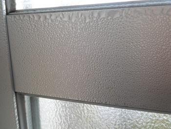 窓のキーキング部分や窓枠に貼れば、結露によるカビ防止にも。最近では結露防止テープも売っているので、併用して上手く冬を乗り切りたいですね。
