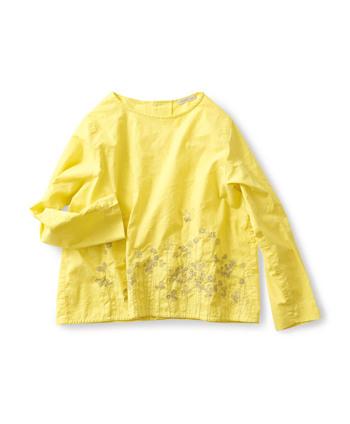 クローバーの名で知られるシロツメ草は、春から花が咲き始めます。そんなシロツメ草の花を綺麗なイエローの生地に目一杯咲かせた爽やかなトップス。こんな愛らしい服を着て歩けば、幸運の四つ葉のクローバーを見つけられるかもしれませんね。