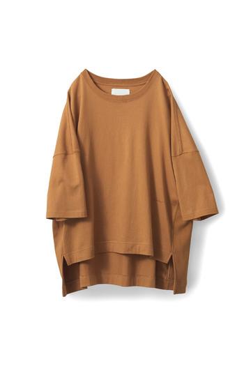 サラッと一枚着るだけでもセンスアップしてくれるニュアンスカラーのTシャツ。オーバーサイズで落ち感もあり、その色とあわせて大人の魅力を引き立ててくれるオススメの一枚。同系色の刺しゅうでこっそりロゴを入れているのが憎い演出。