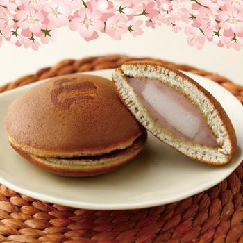 大島桜の葉を使った桜餡と求肥を包んだ「豆乳どら焼き」。豆乳を加えた皮はふわふわで、求肥も入っているので1個で満足感があります。膨張剤以外に添加物を使ってないというのもポイント。断面の色合いもきれいですね。