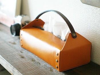 ハンドバッグのような持ち手付きのティッシュケース。本体は栃木レザー、ハンドルには本牛革を使用しています。クラフト感たっぷりで、高級感のある艶感も魅力。