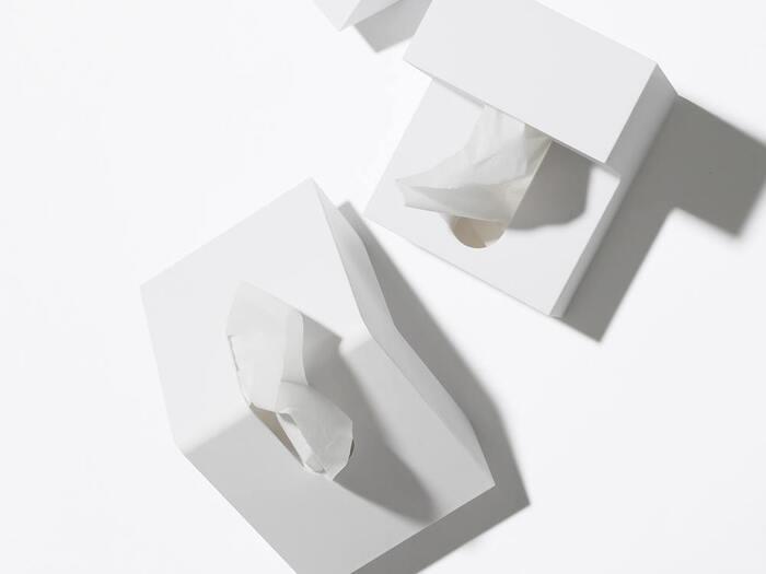 くの字に曲がった独特のフォルムに目がいきがちですが、使い勝手も抜群です。折り曲がったようなデザインは一般的なケースよりもコンパクトで、前後どちらからでもティッシュペーパーが取り出せるというのもポイントです。