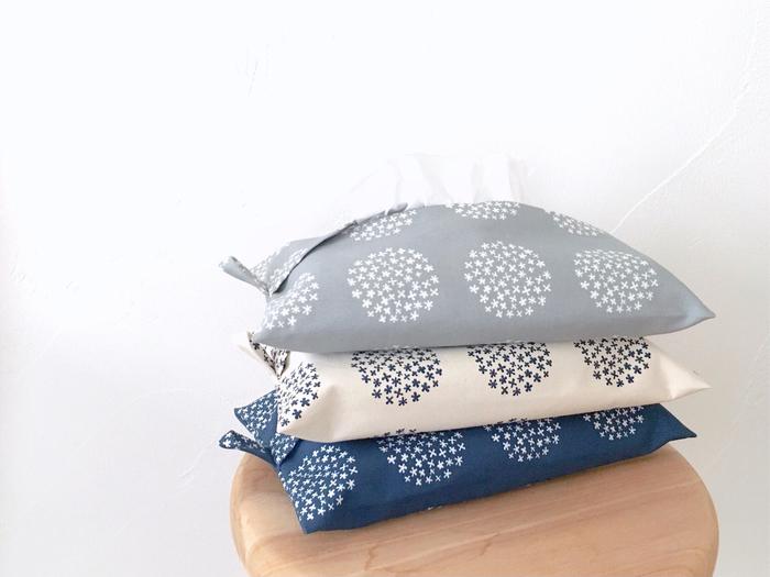 北欧風の丸いブーケ柄がおしゃれなティッシュケースは、薄型やパックタイプのティッシュが収まるサイズ感です。シンプルな一枚仕立てで、取り出し口がクロスになったデザイン。紐付きで壁に掛ければ、省スペースで使えます。