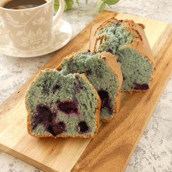 ブルーベリーを混ぜ込んだ青いパウンドケーキ。バタフライピーパウダーで色付けしています。ブルーベリーの色味と味わいとの相性もよく、バタフライピーのきれいな色を存分に楽しめるレシピです。  材料をどんどん混ぜ合わせて、オーブンで焼き上げるだけの簡単レシピなので、毎日のおやつにもおすすめ。