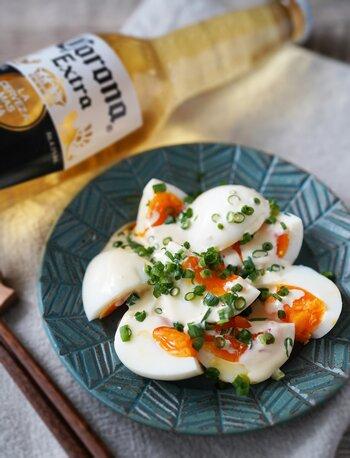 ささっと作れる簡単おつまみ卵です。ゆで卵のうえに、白だし、マヨネーズ、わさびを混ぜたたれをかけて、小ネギを散らすだけ。小口切りにした小ネギと真っ白な和風たれで、卵がたっぷり美味しく食べられます。  日本酒はもちろん、ビールにもよく合うおつまみです。