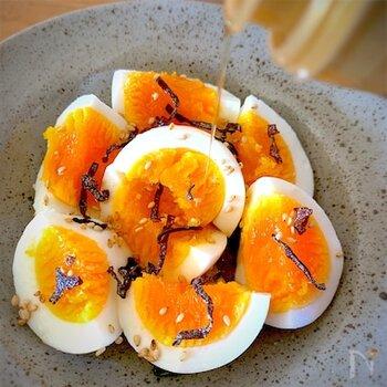 塩昆布の旨みが美味しいおつまみ卵。カットしたゆで卵に、味の素、塩昆布、ごま油、白ごまを次々とかけていくだけというお手軽レシピです。  ゆで卵さえあれば、あとはほんの一瞬で完成。とても簡単で美味しいので、ゆで卵を常備しておきたくなりますよ。