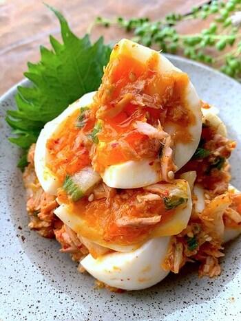 ツナとキムチ、ゆで卵をざっくりと混ぜ合わせた居酒屋風のおつまみ卵。ゆで卵をできるだけ、崩さないように、優しくスプーンで混ぜ合わせるのが美味しく作るポイントです。