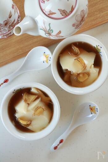 豆乳を寒天で固めて作る豆花に手作りジャスミンシロップをかけていただく、あたたかいアジアンスイーツ。シロップはジャスミンティーときび砂糖で作るため優しくまろやかで、薄切りのしょうがピリリとアクセントを加えます。