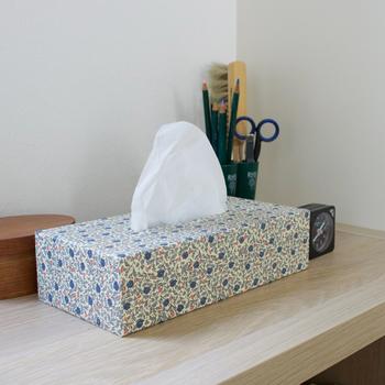 イタリアのCarta Vareseのファインペーパーを使用したティッシュケースは、京都の貼箱職人さんがひとつひとつ丁寧に仕上げています。ざらっとした質感と紙ならではの素朴な風合いが◎