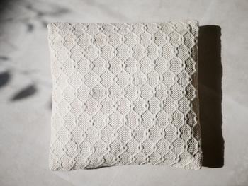 無地だけど凝った織り生地が柄のようにも見えるクッションカバー。地味な印象にならずインテリアのアクセントになってくれます。