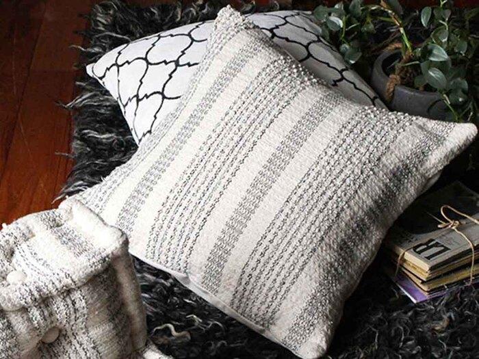 ざっくりとした織り柄でストライプが表現されたクッションカバー。味わい深いインド綿で作られているから、ナチュラルながらどこかエスニックなスパイスも感じられます。