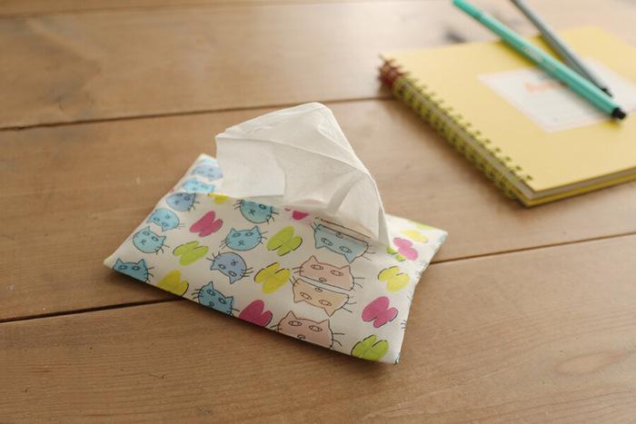 ハギレ一枚で作れるポケットティッシュケース。布を折り畳んでケースの形を作り、両端をミシンで縫ったら完成です。10分程度で簡単に作れるので、余った布があったらぜひ作ってみてください♪