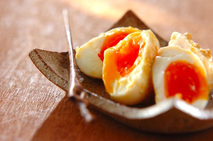 シンプルな味噌だれの味玉です。濃度が高いみそだれは、ラップに広げるようにして、卵を包み込むとしっかり味が行き渡ります。ラップで包んだものをジップロックに入れて空気を抜けば、味噌だれも密着するうえ、乾燥も防げて一石二鳥。  ハチミツのコクのある甘味と、塩味の効いた味噌で濃厚な旨みが際立ちます。さっぱりとした日本酒で、少しずつ味わいたいですね。