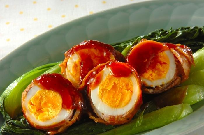 ゆで卵に豚バラ肉を巻き付けたボリュームのあるおつまみ卵。断面もきれいで、冷めても美味しいのでお弁当のおかずにもおすすめのひと品です。  濃いめのたれを煮詰めながら、肉巻き卵に味をからめていきます。ビールによく合う、お腹も大満足のおかずおつまみ。