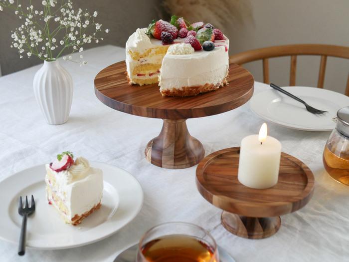 丸みを帯びた形状がかわいい「DULTON(ダルトン)」の木製コンポートです。小さめサイズにはクッキーやパンをのせたり、キャンドルやお花を飾ったりなど使い勝手も抜群。異なる高さのものを一緒に使うと、テーブルに奥行きが生まれ特別感がアップ。また、大小を重ねてケーキスタンド風に使うのもおすすめです。