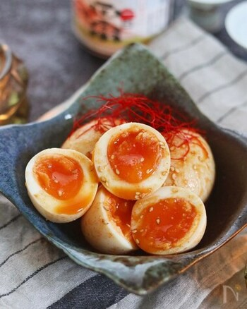 味噌とコチュジャンを合わせる濃厚ピリ辛味の味玉です。たれの液体量が少な目なので、ジップロックなどに入れてたれをまとわせるようにすると美味しく漬かります。  黄身のとろりとした食感とピリ辛具合がマッチ!半熟卵で作りたい味玉です。