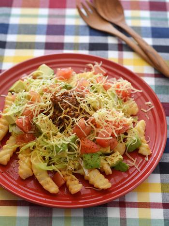 アボカドディップは、野菜サラダにも合いますが、ポテトフライなどにも合います。レンチンのお手軽フライドポテトも、お肉やアボカドディップ、トマトなどをのせることで栄養バランスがよくなり、料理の一品として成立します。