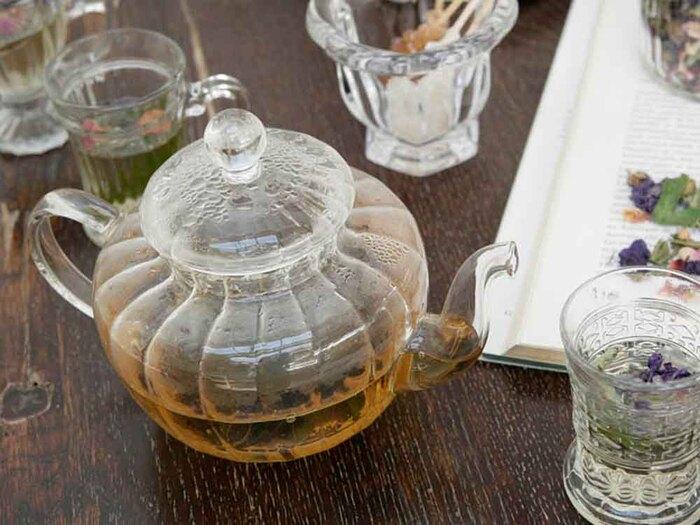 カボチャのようにぷっくりと膨らんだフォルムが印象的なガラス製のティーポット。茶葉がしっかりとジャンピングする丸い形状や最後の1滴まで逃さない注ぎ口など、紅茶を美味しく淹れられるようなデザインに工夫されています。