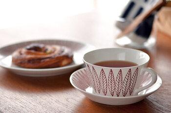 """こちらのティーカップ&ソーサーは北欧スウェーデンの陶磁器メーカー「Gustavsberg(グスタフスベリ)」の""""SALIX(サリックス)""""シリーズの復刻版。オリジナルよりもすっきりとしたフォルムで、深めのソーサーで安定感もばっちり。"""