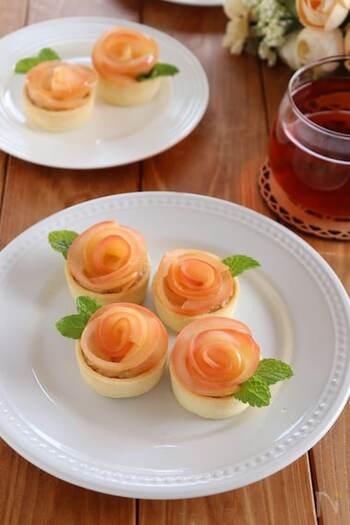 リンゴで薔薇の形を作ったミニタルトは、市販のタルトカップを使えばより簡単です。アールグレイ香るカスタードクリームが上品で、ミントを葉っぱのように添えればより本物らしく見えますね。